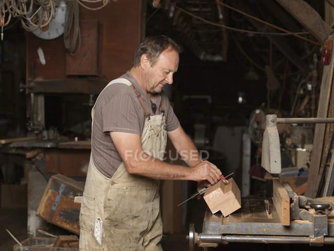Construtor de barcos em oficina — Fotografia de Stock