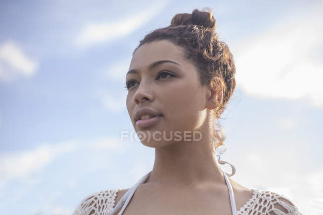 Портрет молодої жінки з волосся bun — стокове фото