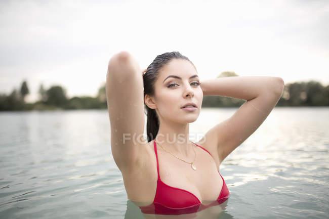Porträt der temperamentvolle junge Frau im See — Stockfoto