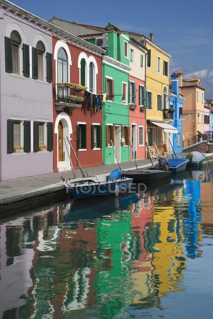 Maisons multicolores et canal, Burano, Venise, Vénétie, Italie — Photo de stock
