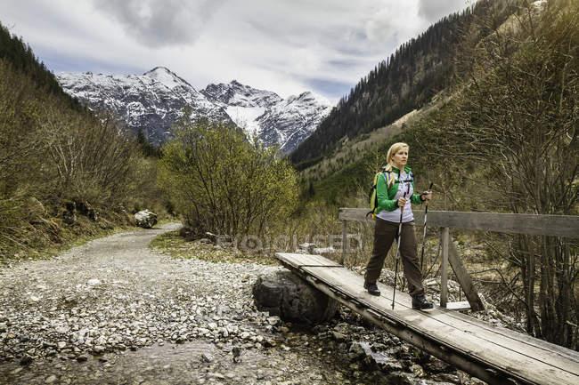 Junge wanderin auf steg, holzgau, tirol, österreich — Stockfoto