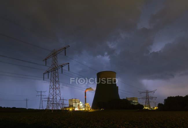 Vue d'un orage percutant une centrale au charbon la nuit — Photo de stock