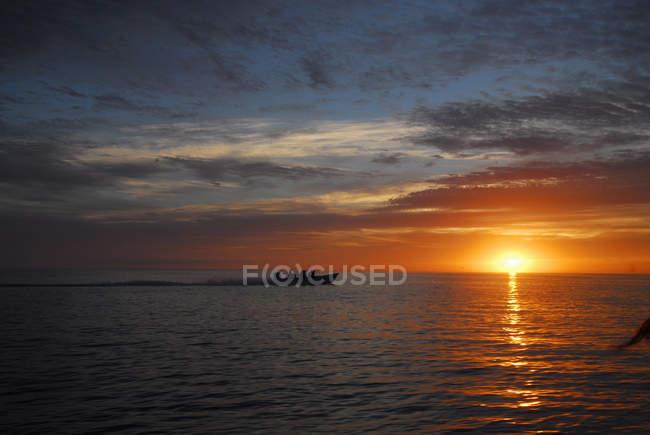 Bateau silhouetté au coucher du soleil, Magdalena Bay, Mexique — Photo de stock