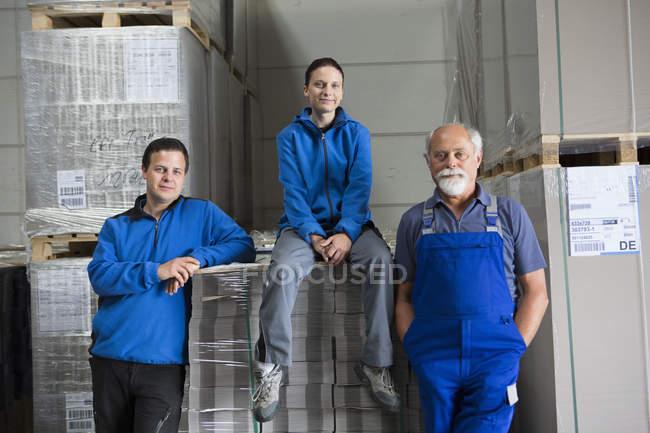 Портрет команда фабричних робітників — стокове фото