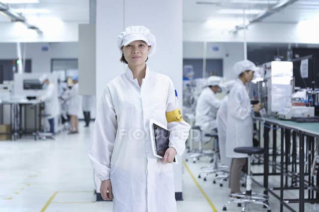 Портрет работницы Ченя на высокотехнологичной фабрике — стоковое фото