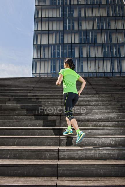 Зрелые женщины бегун, запуск лестнице крутой город — стоковое фото