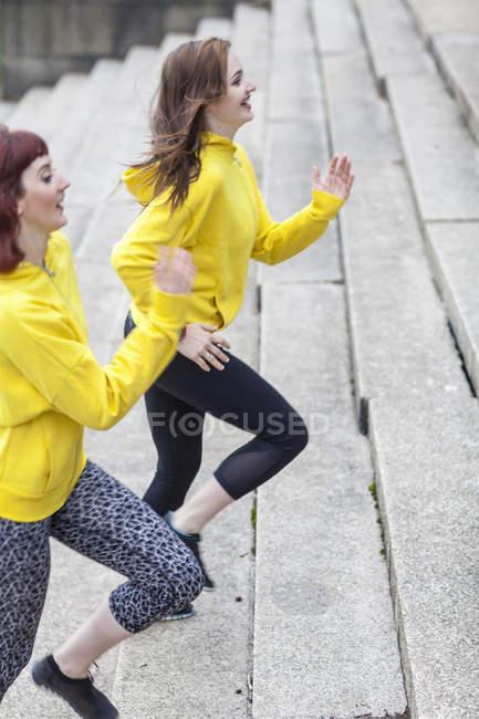 Молоді жінки підбігаючи кроки — стокове фото