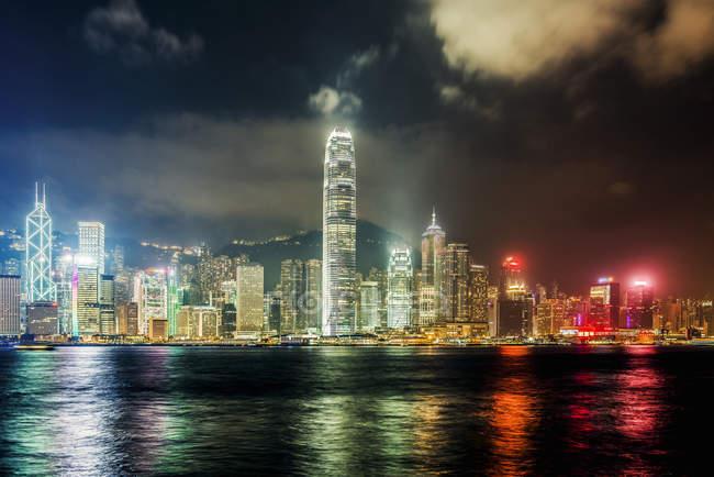 Observando la vista del horizonte por la noche, Hong Kong, China - foto de stock
