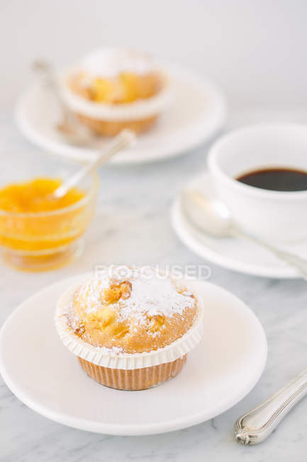 Muffin und Kaffee für zwei Personen am Tisch serviert — Stockfoto
