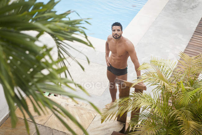 Mann am Pool, selektiver Fokus — Stockfoto