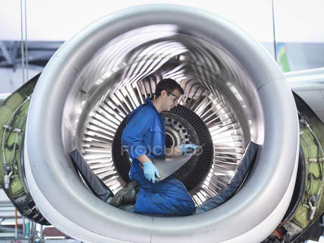 На авиаремонтном заводе загорелась турбина реактивного двигателя — стоковое фото
