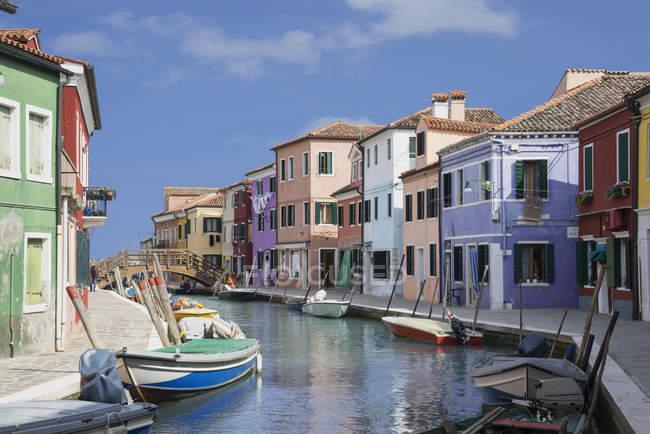 Couleurs pastel, maisons et bateaux sur le canal, Burano, Venise, Vénétie, Italie — Photo de stock