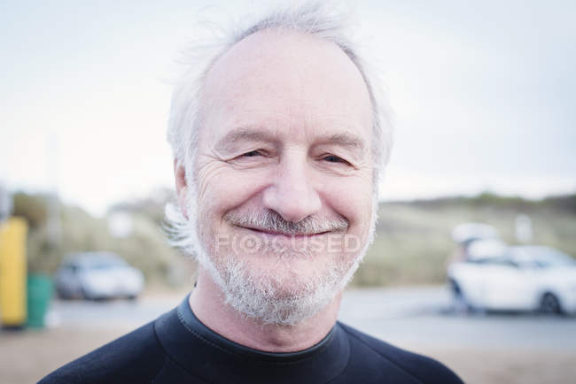 Portrait of smiling senior man outdoors — Stock Photo