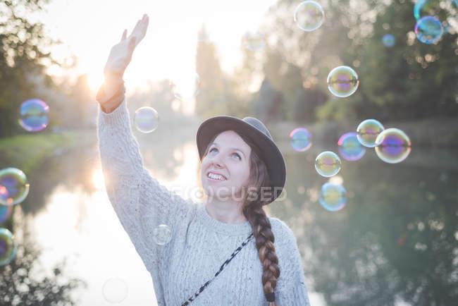 Jovem brincando com bolhas — Fotografia de Stock