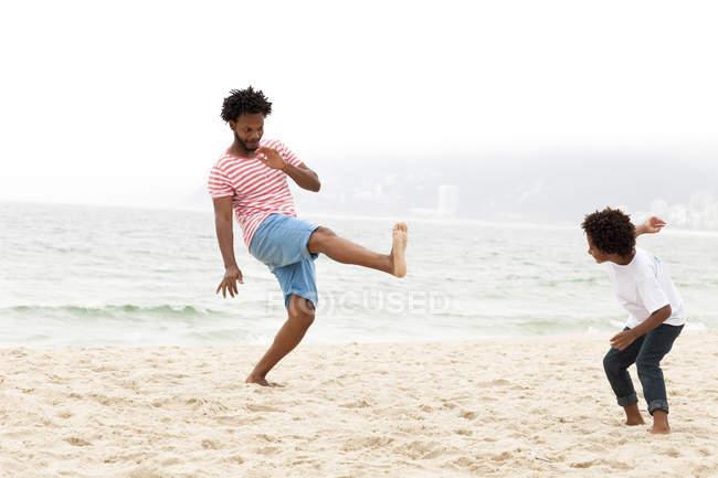 Père et fils jouant sur la plage, Rio de Janeiro, Brésil — Photo de stock