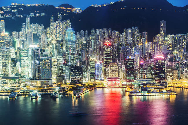 Skyline de la ville de Hong Kong illuminée la nuit — Photo de stock