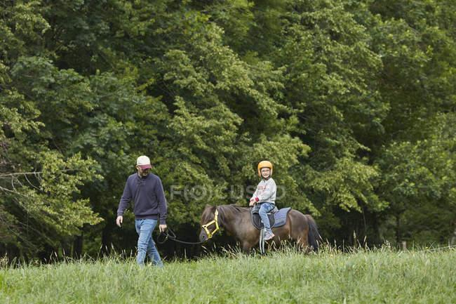Vater mit Tochter beim Ponyreiten, valle de aran, spanien — Stockfoto