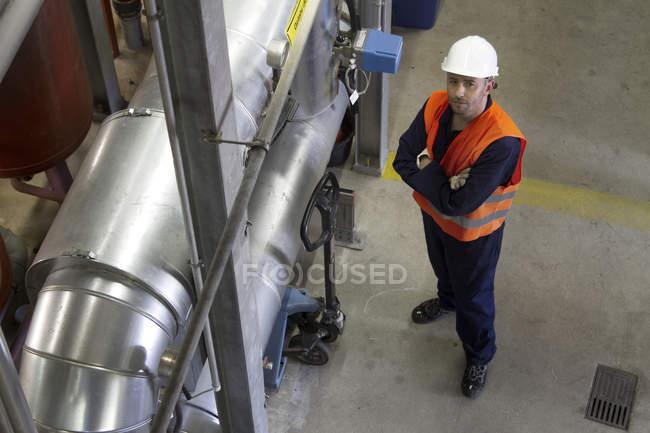 Retrato de alto ángulo del técnico masculino en la central eléctrica - foto de stock