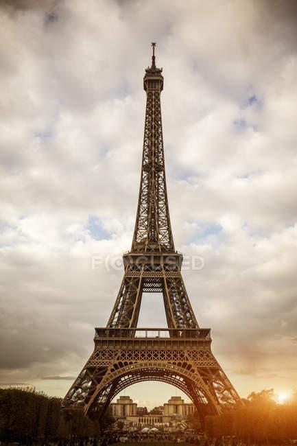 Низкий угол зрения Эйфелевой башни, Париж, Франция — стоковое фото