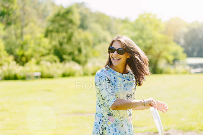 Woman playing disc game in the park — Stock Photo