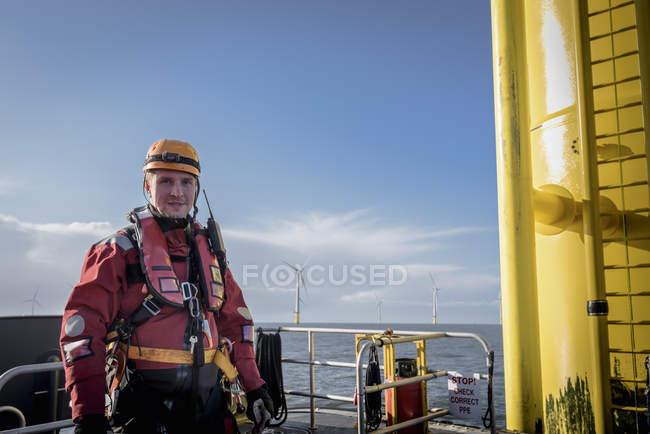 Портрет инженера на море на оффшорной ветряной электростанции — стоковое фото