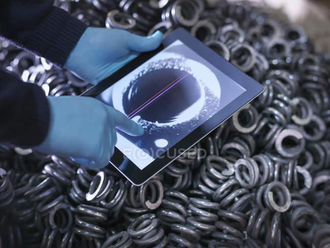 Інженер контрольне автозапчастин на цифровий планшетний заводі, крупним планом — стокове фото