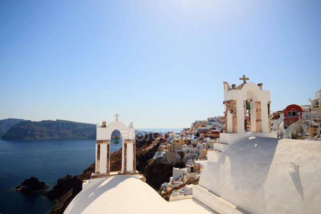 Vista da cidade de Oia e bell Torres, Santorini, ilhas Cíclades, Grécia — Fotografia de Stock