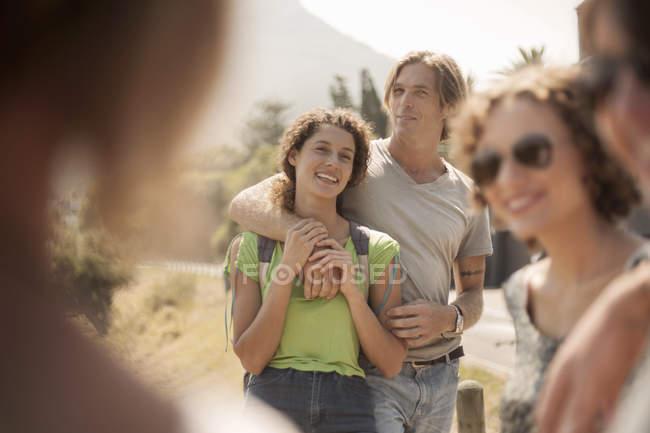 Grupo de amigos de pie juntos, al aire libre - foto de stock