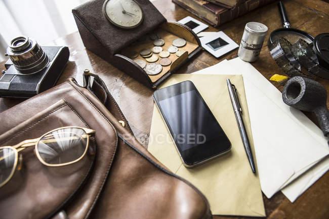 Stillleben mit Vintage Objektgruppe mit smartphone — Stockfoto