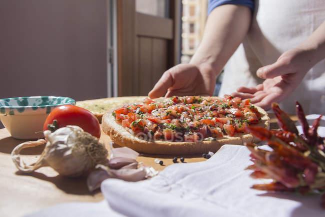 Cropped image de femme préparation pizza dans cuisine — Photo de stock
