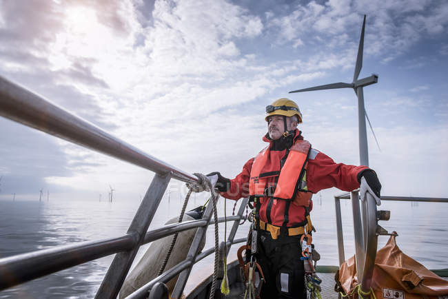 Портрет инженера на лодке на оффшорной ветроэлектростанции — стоковое фото