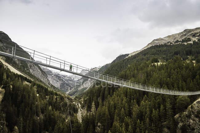 Vue faible angle de jeune randonneuse traversant la passerelle, Holzgau, Tirol, Autriche — Photo de stock