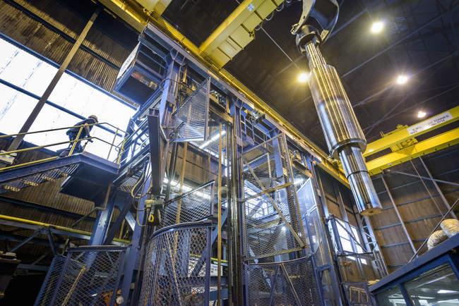 Инженер термической обработки стальных деталей на машиностроительном заводе, вид с низкого угла — стоковое фото