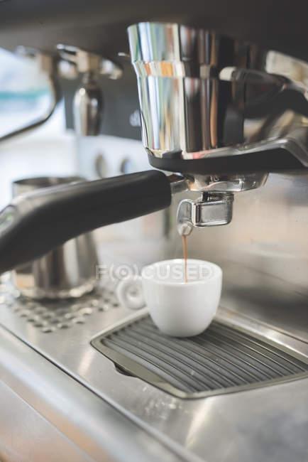 Espresso Maschine Gießen Kaffeezubereitung in Tasse — Stockfoto