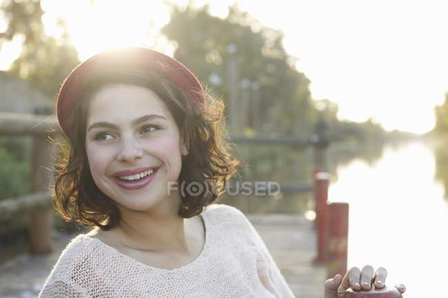 Портрет молодой женщины, наслаждающейся парком — стоковое фото