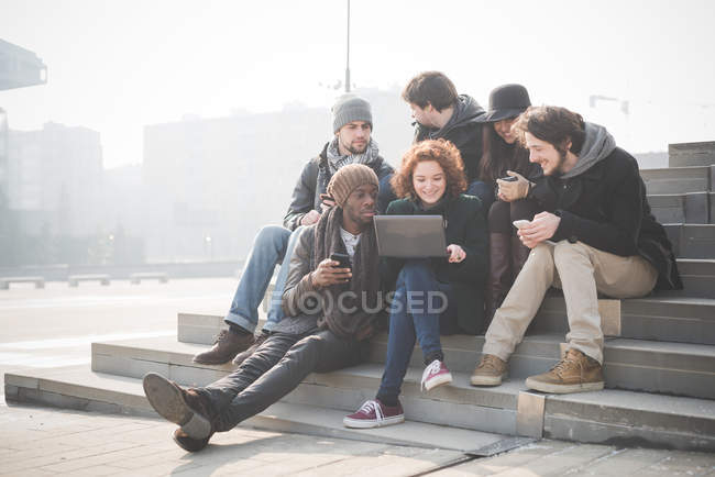 Sei giovani amici adulti su passi di navigazione laptop — Foto stock