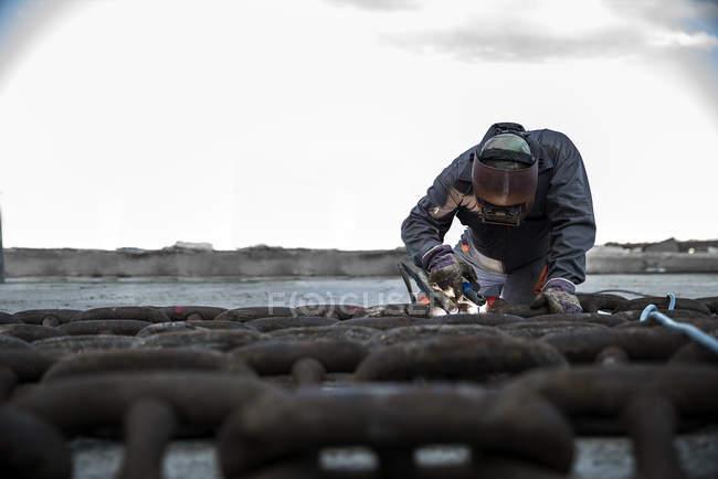 Пристикувати зварювальник, зварювання ланцюг на Пірс з набережної — стокове фото