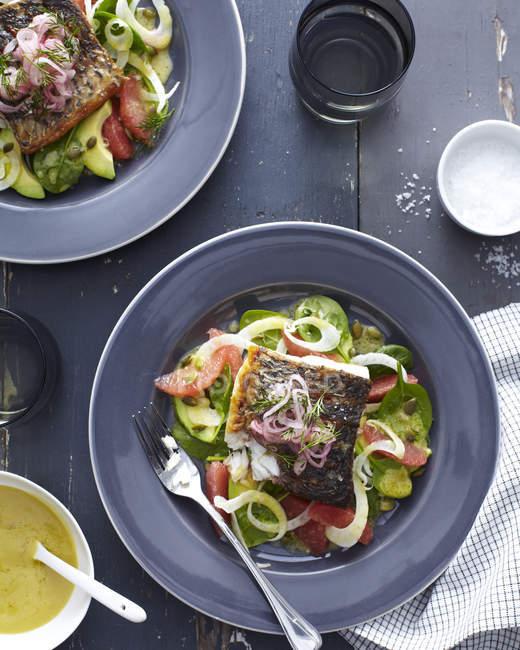 Пластина barramundi риби з овочами і трава гарнір — стокове фото