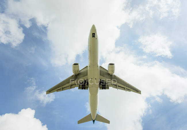 Aeroplane approaching Amsterdam Airport Schiphol, viewed from below — Stock Photo