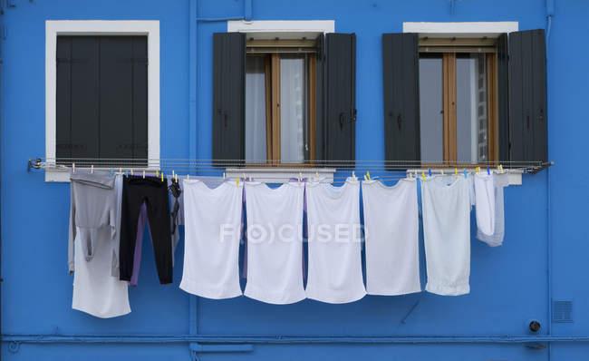 Gros plan de linge et maison peinte bleue, Burano, Venise, Vénétie, Italie — Photo de stock