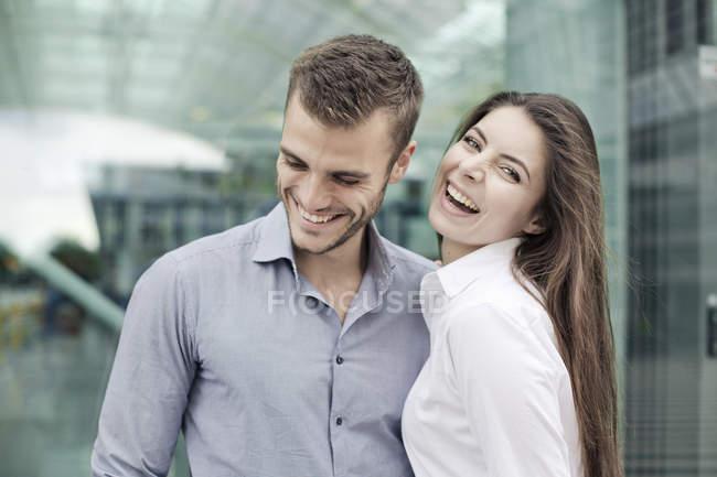 Молодая пара смеется вместе — стоковое фото