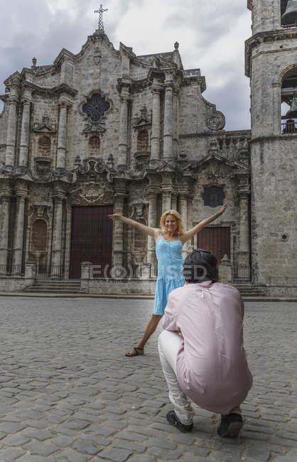 Giovane coppia scattare fotografie nella colonial Plaza de la Cattedrale di L'Avana, Cuba — Foto stock