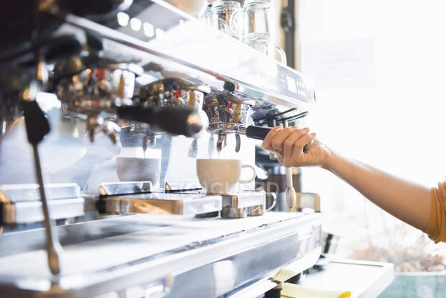 Barista making coffee at coffee machine, cropped shot — Stock Photo
