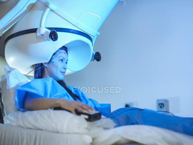 Paciente femenina en escáner de magnetoencefalografía en clínica - foto de stock