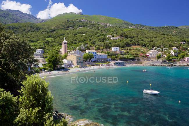 Malerischer Blick auf Gebäude und schöne Meeresküste, Brando, Korsika — Stockfoto
