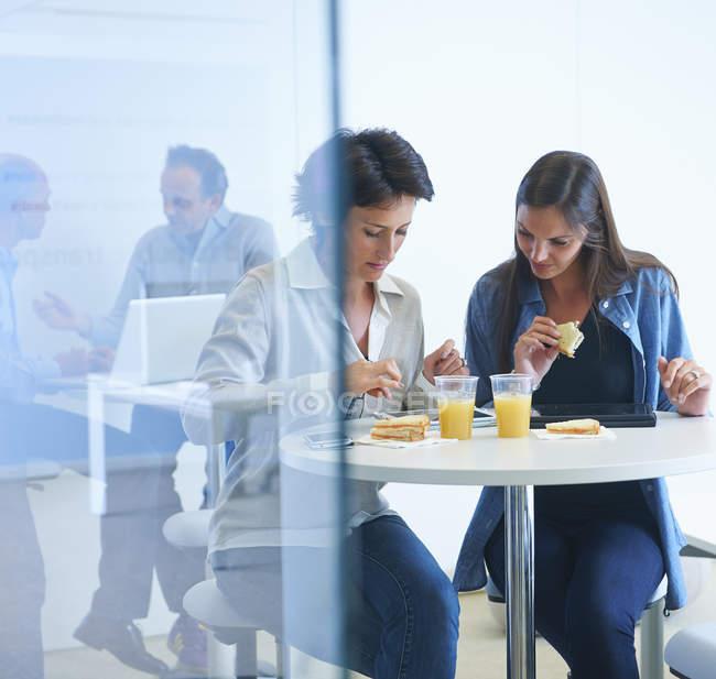 Geschäftsleute diskutieren beim Mittagessen — Stockfoto