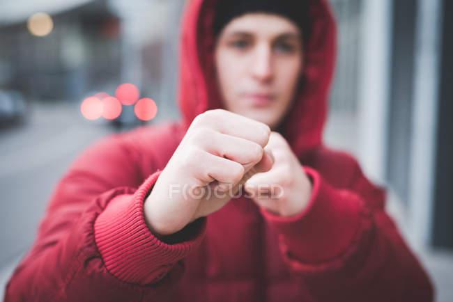 Close up de jovens homens posando com punhos apertados na rua da cidade — Fotografia de Stock