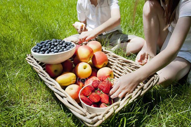 Bruder und Schwester, die Einnahme von Obst vom Korb — Stockfoto