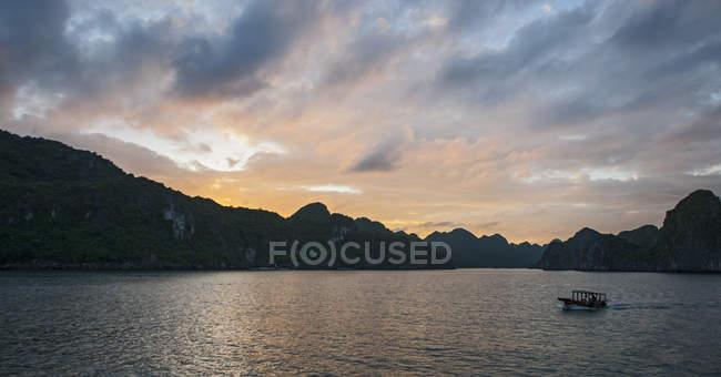 Маленька човен, плавання на затоці Халонг, В'єтнам — стокове фото