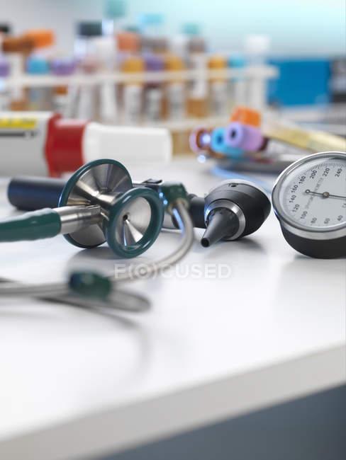 Stéthoscope, auriscope, tensiomètre sur le bureau — Photo de stock